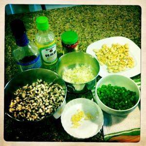 准备茶蘑菇蛋卷的配料