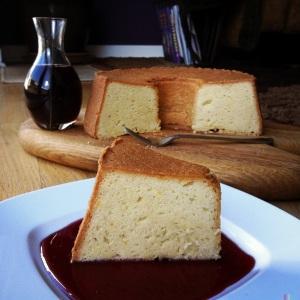 完美的一磅蛋糕加茶糖浆