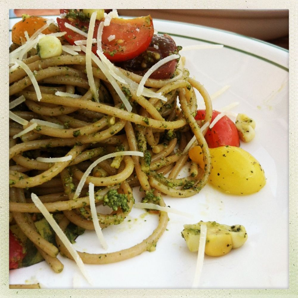 新鲜香草和绿茶香蒜酱的意大利面