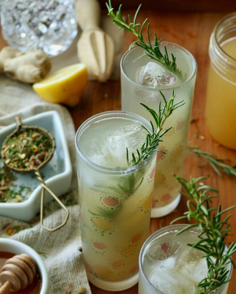 姜药草,苏打水和迷迭香